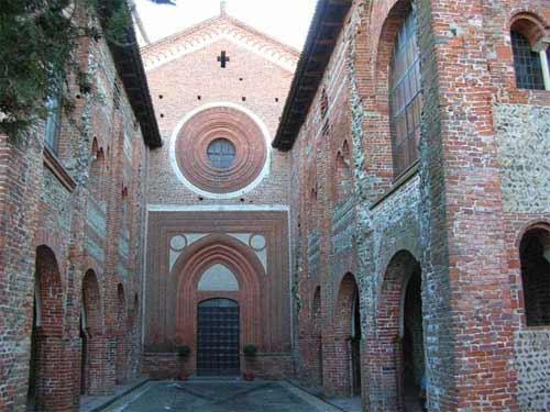 La facciata dell'abbazia di San Nazzaro Sesia.