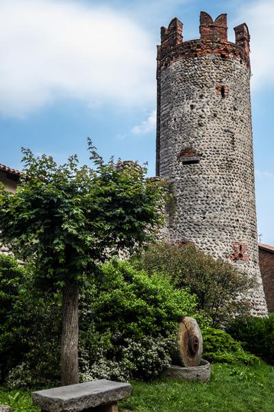 Il Ricetto di Candelo, vista di una torre dall'esterno (Foto: G.P. Marchiori)