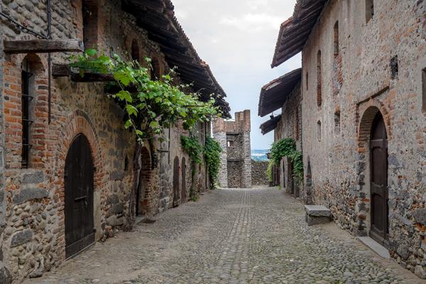 """Una """"rua"""" del Ricetto di Candelo (foto G.P. Marchiori)"""