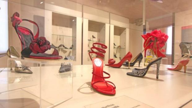 Una delle vetrine del Museo della Calzatura di Vigevano