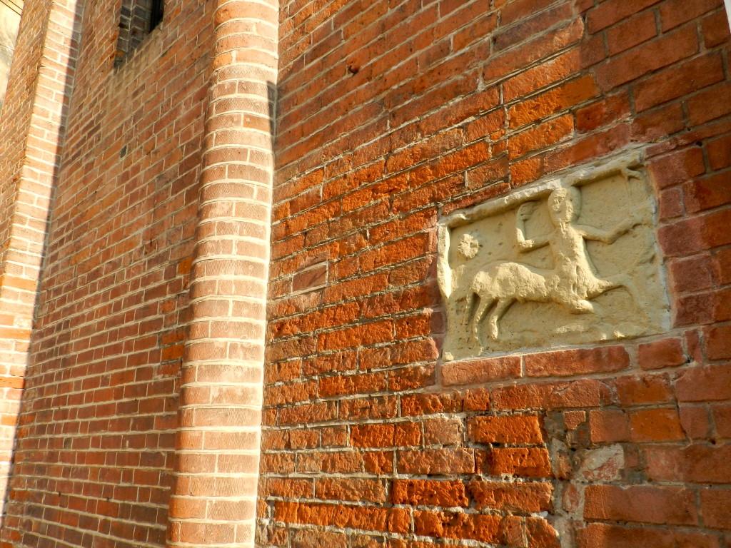 Un dettaglio della facciata romanica